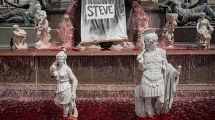 La fontaine de la Place Royale à Nantes, colorée d'un rouge sang écarlate tandis que la bannière blanche où l'on pouvait lire «Où est Steve?» est devenue noire, ne laissant apparaître que le nom du jeune homme décédé.