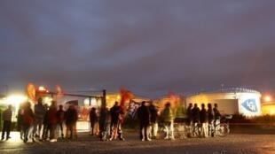 法國幾乎所有煉油廠都在罷工,這是法國卡昂城的儲油場地10月15日被罷工者堵塞的情形。