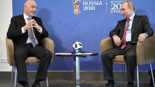 Tổng thống Nga Vladimir Putin (P) gặp chủ tịch FIFA Gianni Infantino tại Sochi, Nga, ngày 03/05/2018.