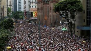 """香港数十万人参加反修订逃犯条例""""送中""""大游行2019年6月9日"""