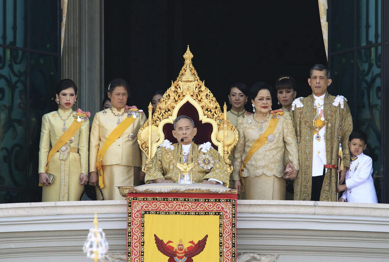 ព្រះមហាក្សត្រថៃភូមីបុល( Bhumibol Adulyadej) អមដោយមហាក្សត្រីយានី Sirikit(រូបស្ថាំ)