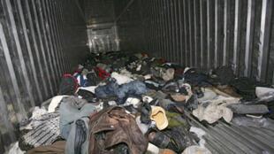 Đồ đạc của những người nhập cư trái phép bỏ lại trong chiếc container nơi họ trốn. Ảnh chụp năm 2009.