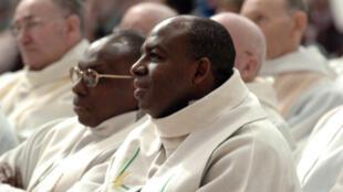 Le prêtre Wenceslas Munyeshyaka lors d'un office à Evreux, le 29 janvier 2006.