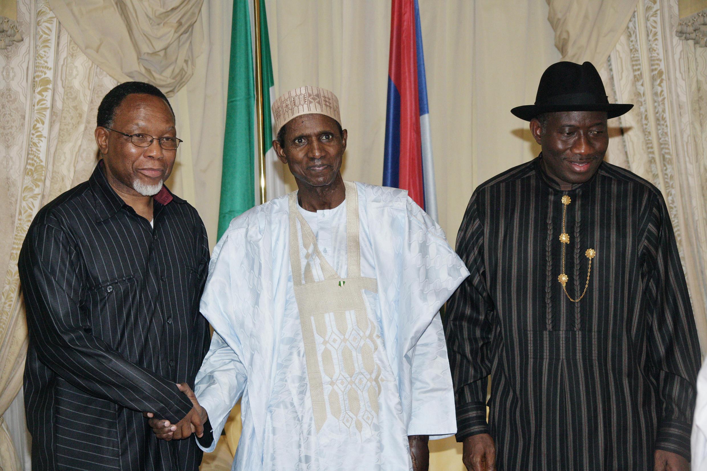 Le président nigérian Umaru Musa Yar'Adua (c), entouré du vice-président sud-africain Kgalema Motlanthe (g) et du vice-président nigérian Goodluck Johnatan (d), à Abuja, le 13 novembre 2009.
