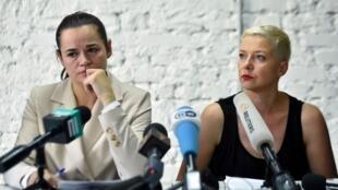Svetlana Tikhanovskaïa et Maria Kolesnikova, lors d'une conférence de presse ce lundi 10 août. S. Tikhanovskaïa, principale cheffe de file de l'opposition, demande au président sortant A. Loukachenko, officiellement réélu, de «céder le pouvoir».