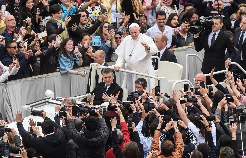 Shugaban Darikar Katlika na duniya Fafaroma Francis yayin jawabansa na Easter