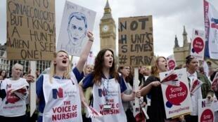 Le nouveau dispositif du NHS est mis en place dans un climat tendu entre les pouvoirs publics et le secteur de la santé. Ici une manifestation organisée par des infirmières.