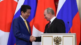 Синдзо Абэ (слева) и Владимир Путин в Кремле. 22 января 2019 г.