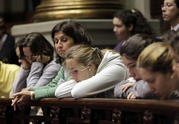 Uruguayas asisten a la votación en el Senado, el 17 de octubre de 2012.