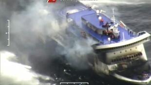 Extrait d'une vidéo tournée par les gardes-côtes italien le 28 décembre montrant le «Norman Atlantic» en feu.