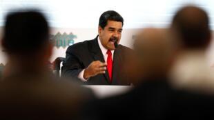 Maduro respondió así a un decreto firmado el lunes por su homólogo estadounidense, Donald Trump, que complica aún más el financiamiento del país petrolero.