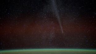 Cette image de la NASA montre la comète Lovejoy vue depuis la Station spatiale internationale, le 27 décembre 2011.