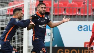 Andy Delort (c) félicité par Pedro Mendes après avoir égalisé pour Montpellier sur la pelouse de Brest, le 20 décembre 2020