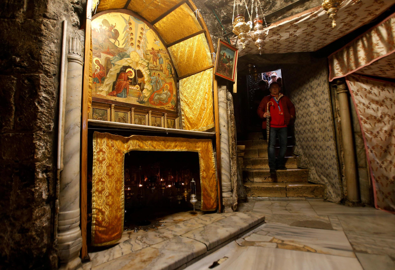 Turista visita o porão da Igreja da Natividade, onde a fé cristã acredita que a Virgem Maria tenha dado a luz ao menino Jesus, em Belém, na Cisjordânia, em 12 de dezembro de 2017.