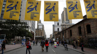 """Afiches en favor del """"Sí"""" en una calle de Bogotá, días antes del plebiscito del 2 de octubre."""