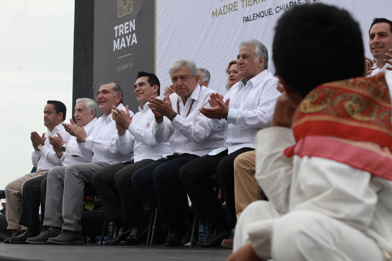 En décembre 2018, le président Lopez Obrador avait été convié à une cérémonie de lancement des travaux du train Maya, mais pour éviter tout risque de blocage durant la construction, les autorités s'étaient engagées à consulter les communautés indigènes.