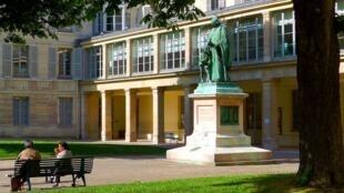 Sân Viện Quốc gia về những người khiếm thính cùng với tượng Cha Charles Michel de l'Epée, người sáng lập trường dạy ngôn ngữ ký hiệu đầu tiên cho người khiếm thính tại Pháp.