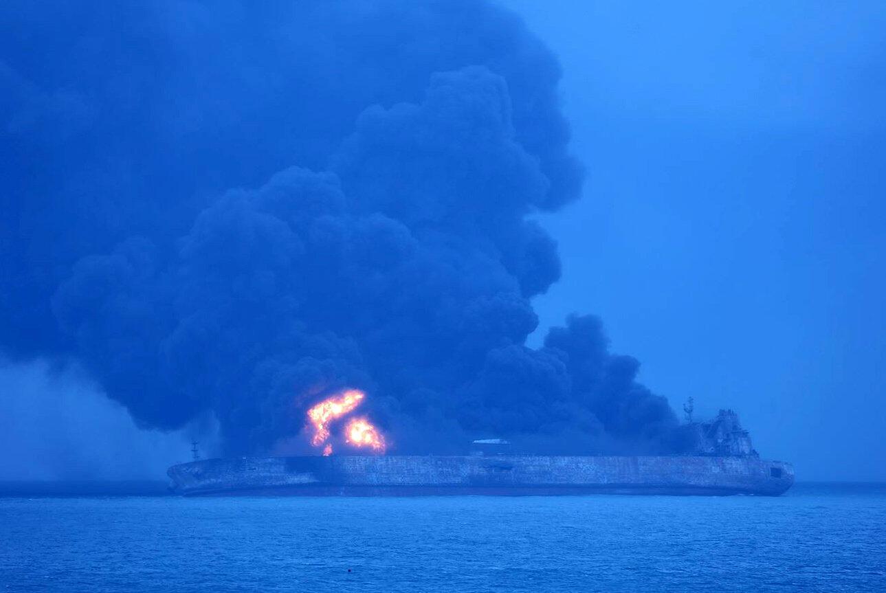 Con tầu chở hàng mang cờ Panama bốc cháy dữ dội sau vụ va chạm với một tầu khác chờ hàng Trung Quốc trên Biển Hoa Đông, ngày 07/01/2018.