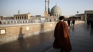 Le gouvernement a ordonné la réouverture des sites religieux pour la fin du ramadan. Ici, un imam iranien près du Sanctuaire de Fatima Masoumeh, à Qom, le 9 février 2020.