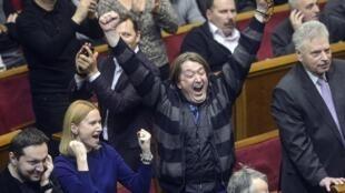 Des membres de l'opposition ukrainienne manifestent leur joie lors d'une séance du Parlement, à Kiev, vendredi 21 février 2014.