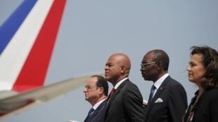 Rais wa Ufaransa François Hollande (kushoto), rais wa Haiti Michel Martelly (katikati), waziri mkuu wa Haiti  Evans Paul na balozi wa Ufaransa Haiti Elisabeth Beton-Delegue,Port-au-Prince, Mei 12 mwaka 2015.