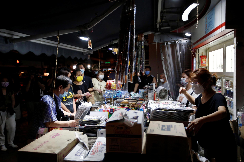 6月18日,香港市民购买《苹果日报》