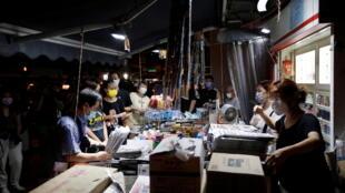 6月18日,香港市民購買《蘋果日報》