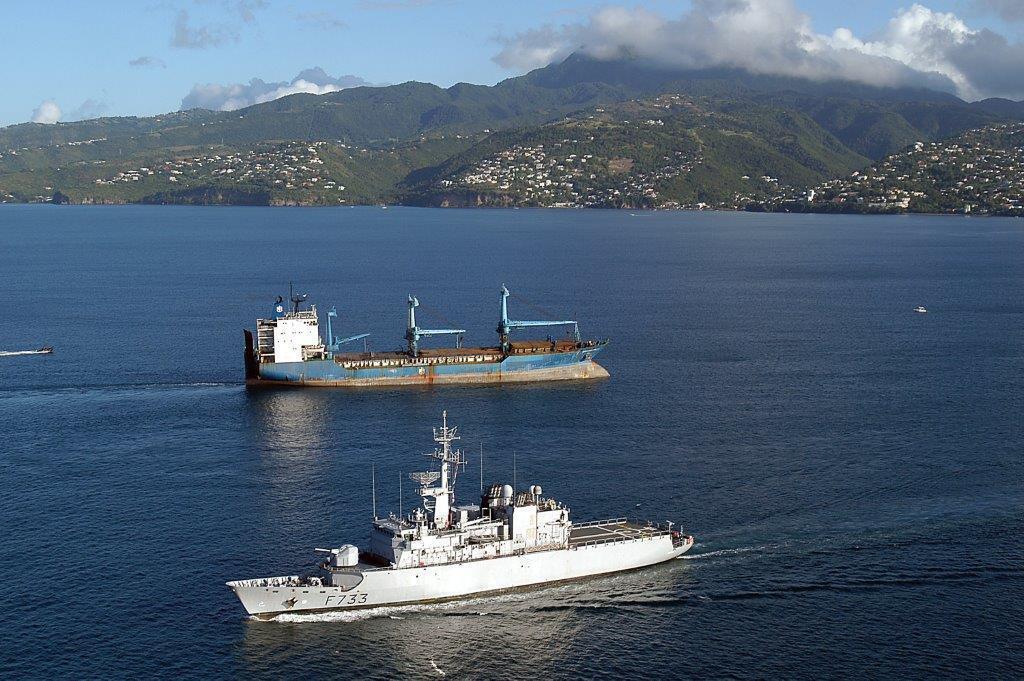 """La fregate de la Marine nationale Ventôse (bas) escorte, le 24 novembre 2006 au large de Fort de France, l'arrivee du cargo """"cuidada de Oviedo"""", intercepté  par la Marine nationale avec quatres tonnes de cocaine à son bord."""