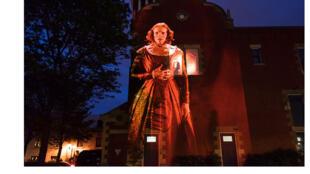 Cité mémoire, une visite de Montréal rythmée par des projections de personnages emblématiques de l'histoire de ville. La bande-son s'écoute sur téléphone, via une appli.