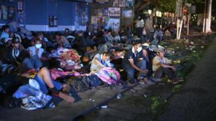 Una nueva caravana de migrantes hondureños que se dirige a EEUU, llega a territorio guatemalteco en condiciones precarias, el 1 de octubre de 2020