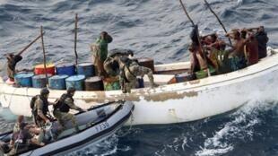 Un commando français prend d'assaut un vaisseau pirate somalien et arrête 12 hommes armés, le 12 novembre 2009, dans l'Océan Indien.