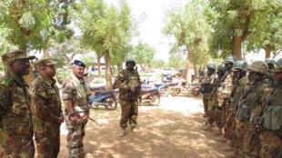 Le général Patrick Brethous en visite à Sévaré, lors du lancement de l'opération tripartite, Gabi à la frontière entre le Burkina et le Mali.