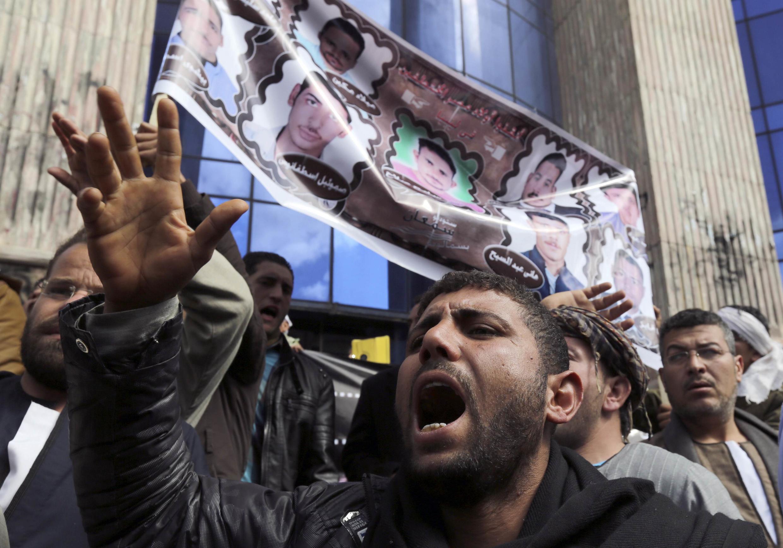 Des parents des coptes égyptiens enlevés en Libye ont manifesté au Caire, vendredi 13 février.