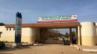 L'Hôpital Psychiatrique de Thiaroye accueille, rien qu'aux urgences, plus d'une centaine de patients par jour. Tous ne peuvent être pris en charge.