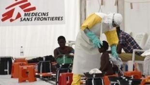 5000名無疆界醫生在西非為抗爭埃博拉病毒做出了不懈的努力,榮獲2015年美國拉斯克醫學獎