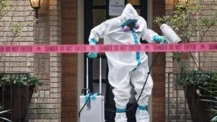 Un membre de l'équipe de désinfection devant l'entrée de la résidence de l'infirmière contaminée par le virus à Dallas, le 12 octobre 2014.