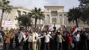 Les supporters du président Morsi se rassemblent, ce 2 décembre, devant les locaux de la Haute cour constitutionnelle.