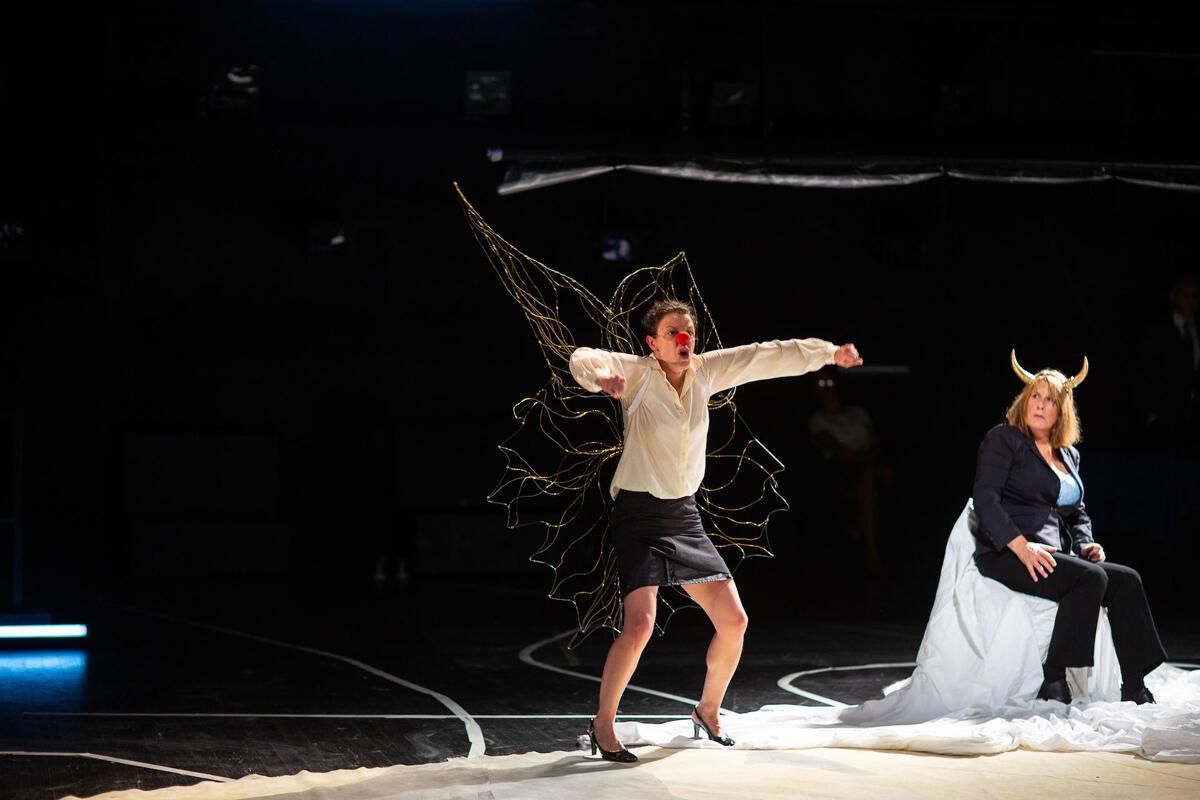 Catherine Boskowitz (L'Europe) et Estelle Lesage (Fée-Clochette) dans « Le Pire n'est pas (toujours) certain », présentée au MC93 de Bobigny.