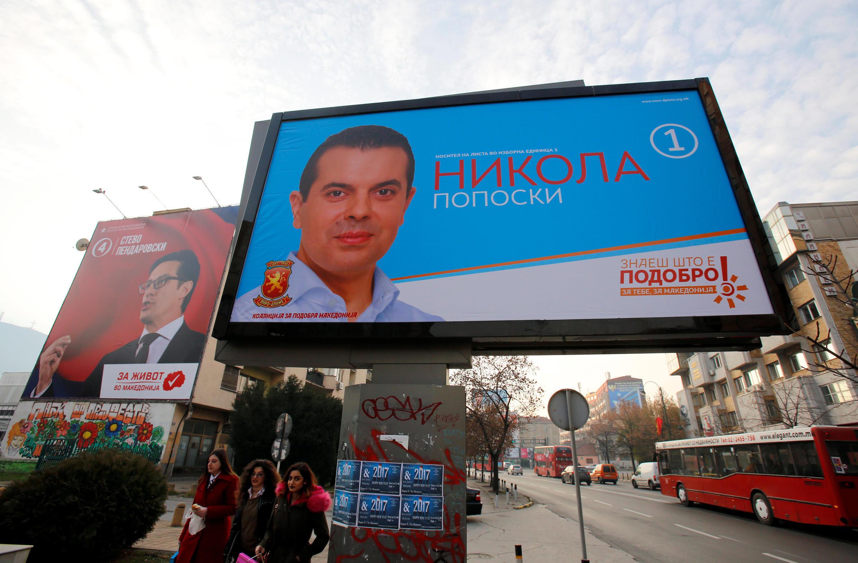 Dans une rue de Skopje, une affiche d'un des candidats aux élections législatives qui doivent se tenir ce dimanche 11 décembre 2016.