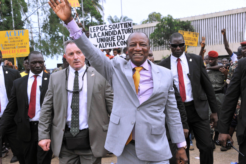 Le président de la Guinée, Alpha Condé, salue les militants de son parti, le  Rassemblement du peuple de Guinée (RPG), à Conakry, le 11 août 2015.