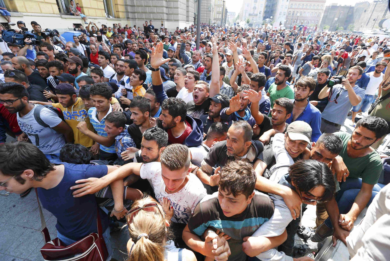 Manifestation de migrants devant la gare de l'Est à Budapest, le 2 septembre 2015. «Liberté! Liberté!», scande la foule.