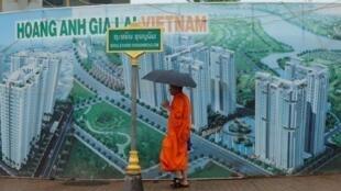 Biển quảng cáo tại Viêng Chăn cho tập đoàn Hoàng Anh Gia Lai, biểu tượng cho sự hiện diện của Việt Nam tại Lào.