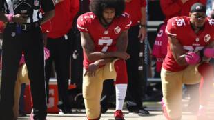L'emblématique quarterback de San Francisco Colin Kaepernick (N.7) manifeste contre le racisme policier alors que l'hymne américain est chanté, le 23 octobre 2016