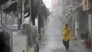 Transeúnte bajo la fuerte lluvia y viento provocado por el tifón Trami, en la ciudad de Naha, capital prefectural de las islas Okinawa, al extremo suroeste de Japón, September 29, 2018.