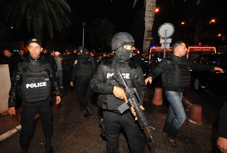La police tunisienne sécurise la zone après un attentat qui a ciblé un bus de la Garde présidentielle, le 24 novembre 2015.