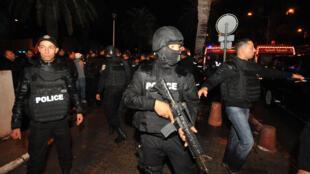 Полиция Туниса возле зоны, где был подорван автобус с президентской охраной 24 ноября, 2015.