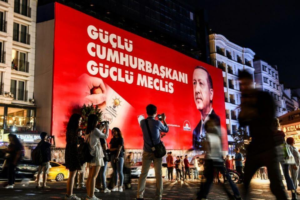 បដារូបលោក Erdogan នៅទីលានTaksim កណ្តាលក្រុងអ៊ីស្តង់ប៊ូល ថ្ងៃទី១៩ មិថុនា ២០១៨