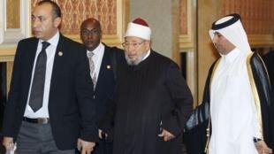Le prédicateur Youssef al-Qaradaoui (C) à Doha, en février 2012.