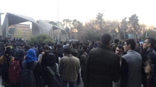 اعتراض مردم در مقابل دانشگاه تهران. ٣٠ دسامبر ٢٠۱٧