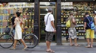 Vitrine de uma loja de bebidas em Barcelona onde a prefeitura tomou várias medidas para combater o caos urbano.